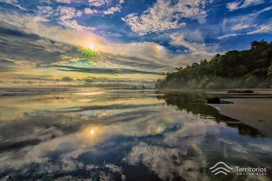 Amanecer en een las playas del Pacífico Colombiano (Bahía Solano)