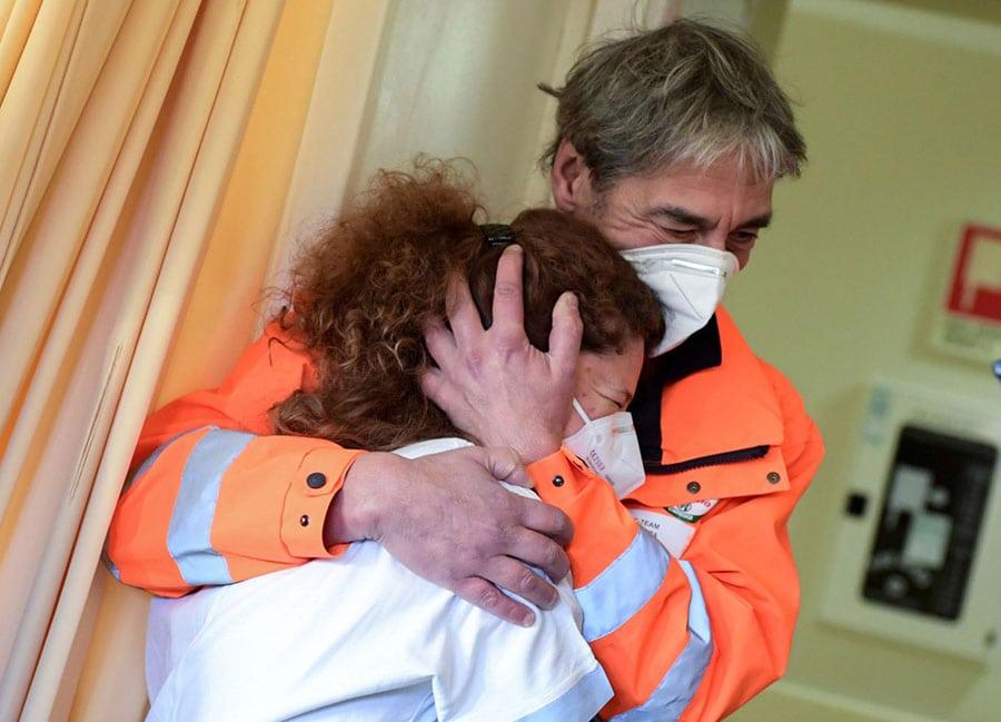 abrazo espontáneo entre una enfermera y un auxiliar