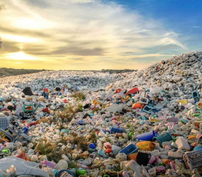 Botellas de plástico y otros desechos
