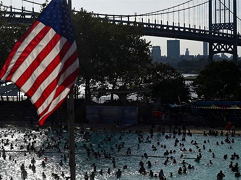 Ciudadanos estadounidense escapan del calor