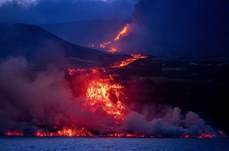 lava al mar del volcán